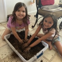 6 year old girls mixing substrate